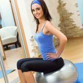 Woman doing exercises with fit ball — Stockfoto