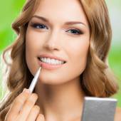 Woman with make up brush, outdoors — Stock fotografie