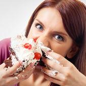 Woman eating pie — Stock Photo