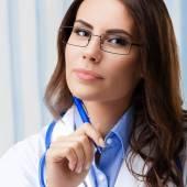 Portret van denken vrouwelijke arts in glazen — Stockfoto