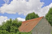 Roof and clouds — Stock Photo