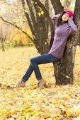 Young beautiful woman resting in autumn city park — Stock Photo