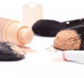 Foundation, concealer pencil and powder with makeup brushes — Stockfoto
