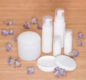 クリームとその他体のケア化粧品花の開いた壺 — ストック写真
