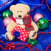 Encantador pequeño oso de peluche con regalo de Navidad — Foto de Stock