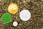 Kosmetik & Körperpflege in trockene Blätter — Stockfoto