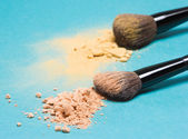 Matte compact powder and shimmer powder with makeup brushes — Stock Photo