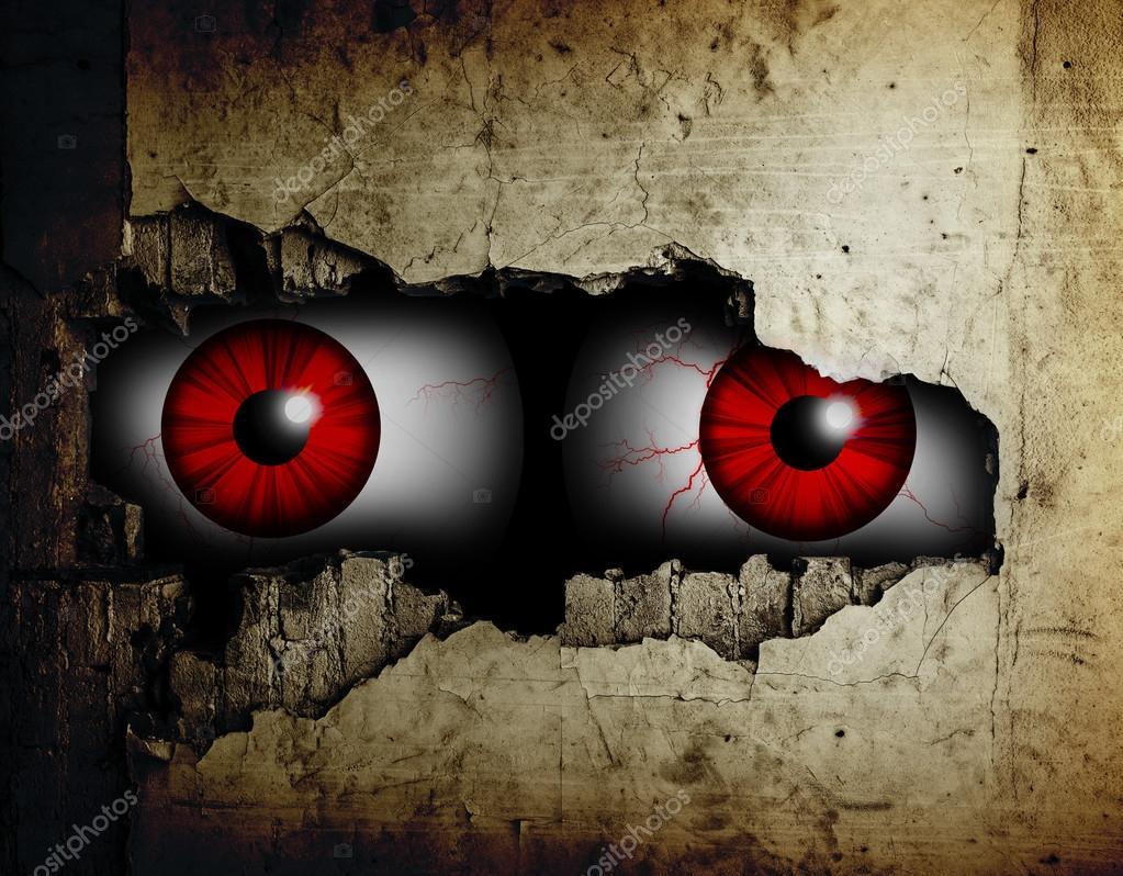 Miedo ojos de un hombre espiando a trav s de un agujero en - Agujero en la pared ...
