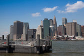 View of Manhattan from ferry harbor in Brooklyn — Foto de Stock