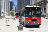 Bus stop station near the Wrigley building in Chicago. — ストック写真