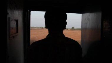 Sylwetka człowieka w pociągu — Wideo stockowe