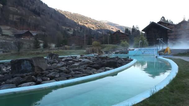 Piscina en el resort — Vídeo de stock