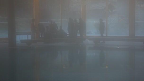 Silueta de personas en el Resort — Vídeo de stock