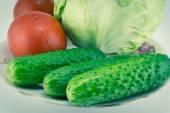 Komkommer en tomaat met meten — Stockfoto
