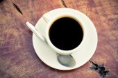 Black coffee cup on wood table top view — Stock Photo