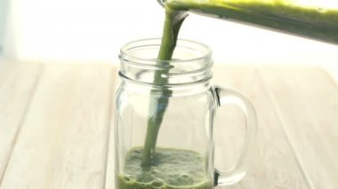 HD footage close up of mix green fruit and vegetable smoothie pouring into glass. — Stock Video