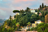 LERICI, ITALY - JANUARY 06, 2015: View of green hills with house — Stock Photo