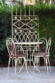 Restaurant table in green garden — Stock Photo
