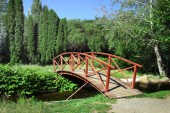 Small wooden bridge in the park — Stock Photo