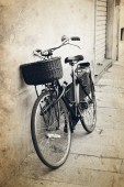 Vintage red bicycle with wicker basket at the street in Italy — Stock Photo