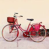 Old red bicycle with wicker basket  — Stock Photo