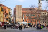 VENICE, ITALY - JANUARY 2: Tourists walking on Campo Santa Margh — Stock Photo