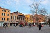 Venecia, Italia - 2 de enero: Los turistas caminando en Campo Santa Margh — Foto de Stock