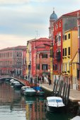 Picturescue canal and embankment with colored houses in Venice,  — Stock Photo