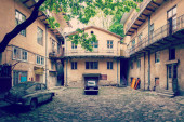 Vintage car and old courtyard of the city Lviv — Stock Photo