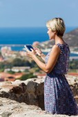 Young girl tourist uses a tablet — Foto de Stock