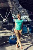 Vacker ung kvinna på flygplatsen — Stockfoto