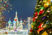 Christmas balls on tree branches in Red square — Stock Photo