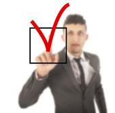 Jovem empresário com checkbox isolado no fundo branco — Fotografia Stock