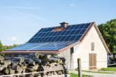 Jordbruket byggnad med solpaneler — Stockfoto