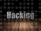 Bescherming concept: Hacking in grunge donkere kamer — Stockfoto