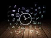 时间轴概念: 时钟在 grunge 黑暗的房间里 — 图库照片
