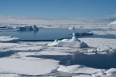 Frozen ocean and icebergs near the Antarctic Peninsula, a winter — 图库照片