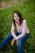 Sahada oturan kız — Stok fotoğraf