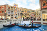 COTAI STRIP, MACAU, CHINA-AUGUST 22 visitor on gondola boat in V — Stock Photo
