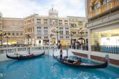 COTAI STRIP MACAU CHINA-AUGUST 22 visitor on gondola boat in Ven — Stock Photo