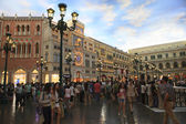 COTAI STRIP MACAU CHINA-AUGUST 22 visitor  walking and enjoy to — Stock Photo