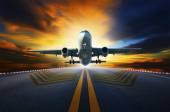 Passenger jet plane preparing to take off from airport runways w — Stock Photo
