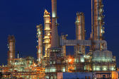 Oil refinery plant in petrochemical industry estate at night tim — Stockfoto