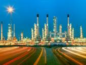 Beautiful lighting of oil refinery plant in  heav petrochemicaly — Foto Stock