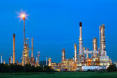 Beautiful lighting of oil refinery palnt against dusky blue sky — Stock Photo
