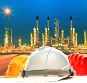 Skyddshjälm mot vackra belysning av raffinaderiet anläggningar jag — Stockfoto