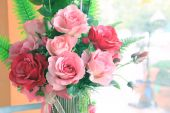 Close up of roses flowers bouquet decorated in home interior wit — Zdjęcie stockowe