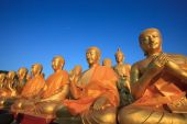 Golden buddha statue in temple with beautiful morning light agai — ストック写真