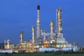 Beautiful twilight time in evening of oil refinery plant in heav — 图库照片