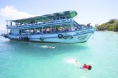 TRAT THAILAND - OCT29 : visitor boat and traveler snorkeling and — Stock Photo